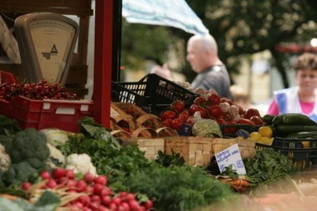 Mniejsza podaż warzyw i owoców nie podnosi jeszcze ich cen