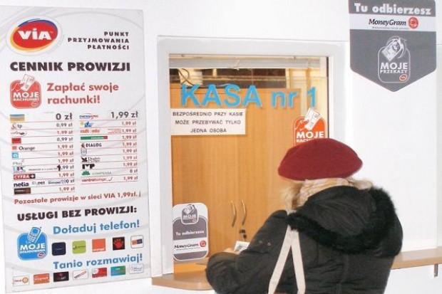 Mieszkańcy małych miejscowości coraz częściej płacą rachunki w sklepie