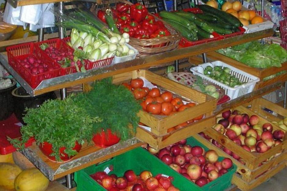 Klienci wybierają warzywa od sprawdzonych dostawców