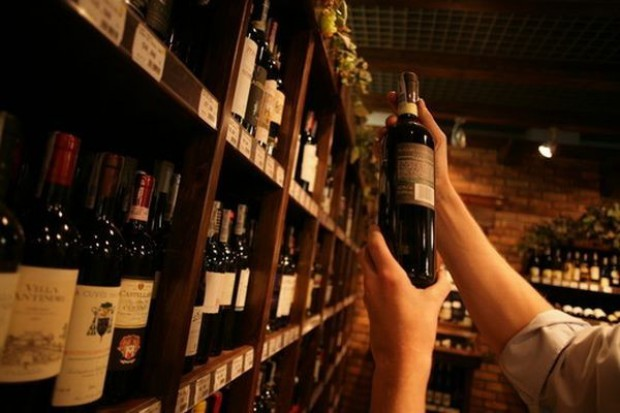 Polacy piją coraz więcej taniego wina