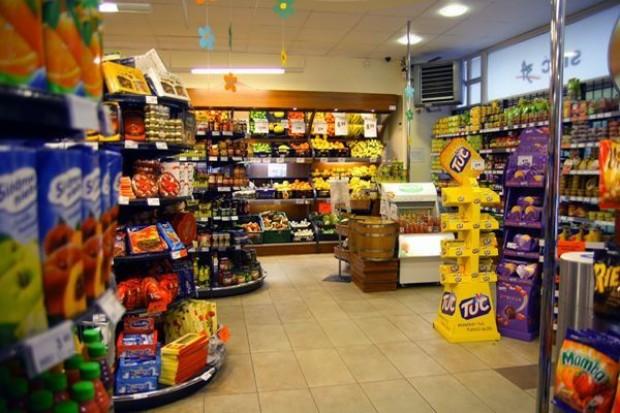 Polacy robią zakupy w sklepach oddalonych o ok. 10 minut drogi od domu