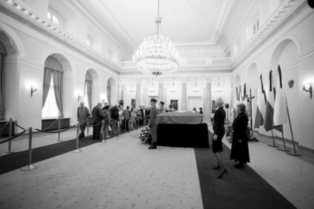 Nie maleje liczba osób pragnących oddać cześć prezydenckiej parze