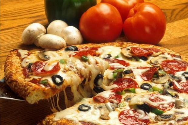 Klienci kupują najtańszą pizzę