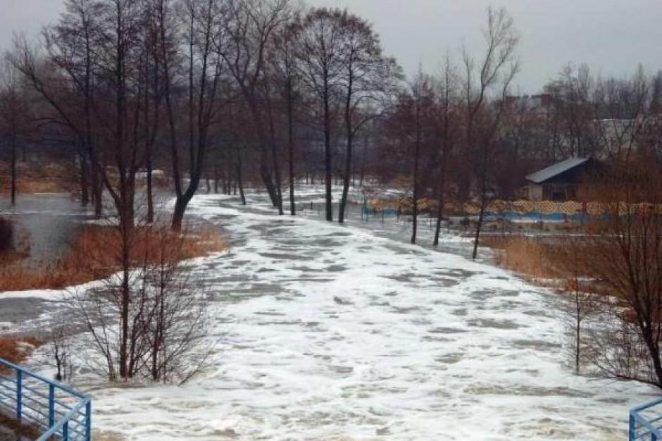 Handlowcy tracą w wyniku powodzi