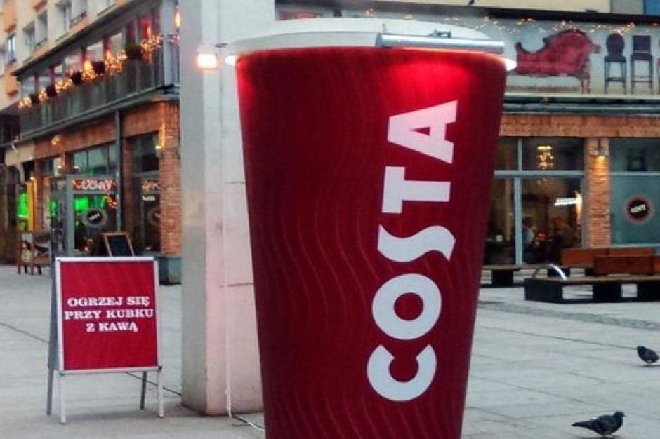 Grzejący kubek Costa Coffeee na ulicach Warszawy