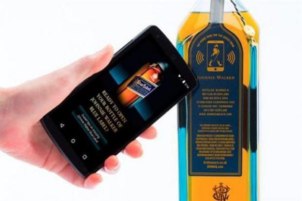 Butelki whisky Johnnie Walker mogą wysyłać spersonalizowane wiadomości