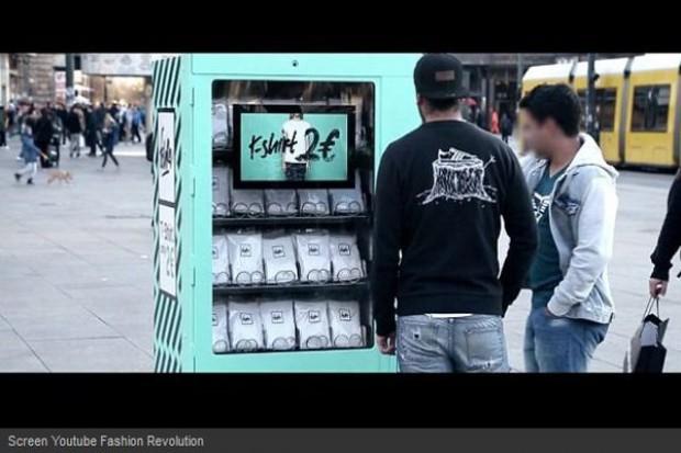 Automat z T-shirtami za 2 euro demaskuje kulisy produkcji odzieży