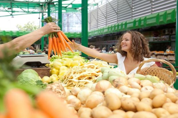 Szczyt sezonu - ceny warzyw i owoców na giełdzie w Broniszach