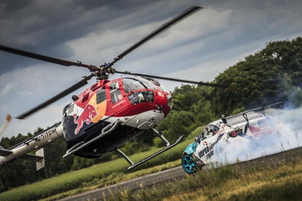 Samochodowo-śmigłowcowy drift promuje Red Bulla