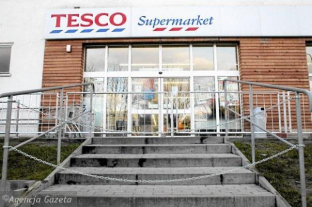 Tesco stawia labirynt z barierek, aby ominąć nowe przepisy ws. sprzedaży alkoholu