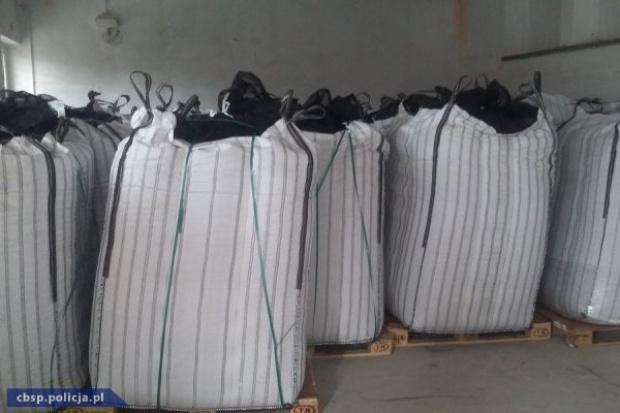 Oszuści podszywając się pod znaną sieć marketów wyłudzili 22 tony orzechów laskowych