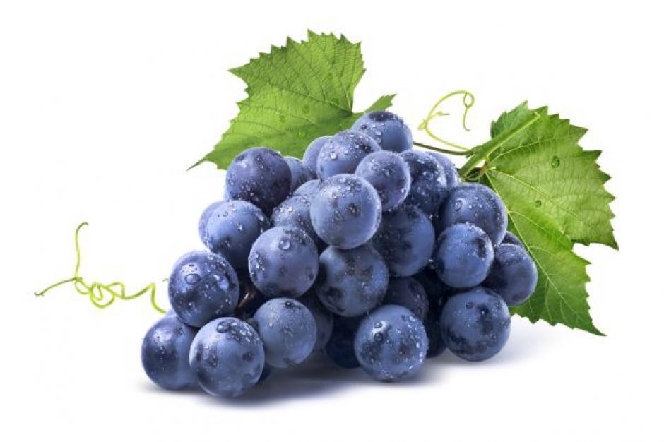 Winogrona obok środków chemicznych w supermarkecie