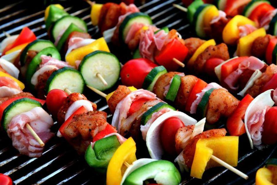 Polacy grillują kiełbasę, Chińczycy - larwy owadów, a Brazylijczycy - owoce