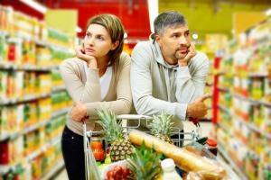 Dyskonty, supermarkety i sklepy osiedlowe walczą o tego samego klienta