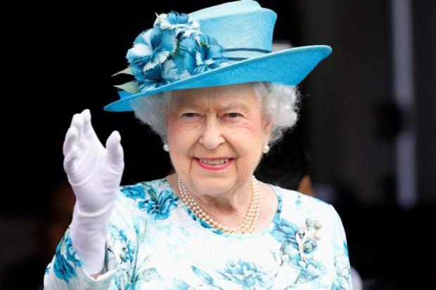 Elżbieta II wygrała bon na zakupy do Tesco