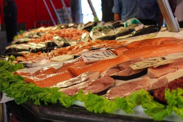 Polacy kupują świeże ryby w hipermarketach i supermarketach