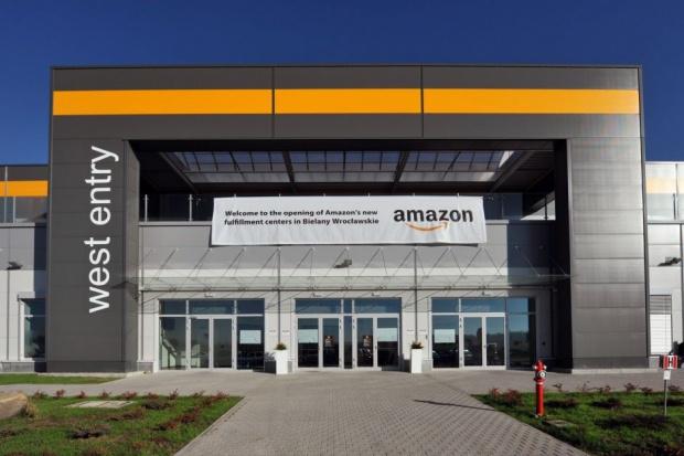 Amazon podnosi pensje pracownikom do 15 zł za godzinę