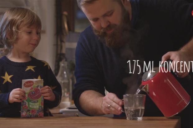 Owocowy kubek marki Delecta z kampanią reklamową