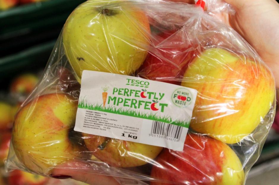 """""""Niekształtne"""" owoce i warzywa wchodzą do sklepów Tesco"""