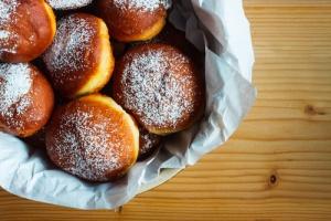 W tłusty czwartek pączki jedzą niemal wszyscy Polacy