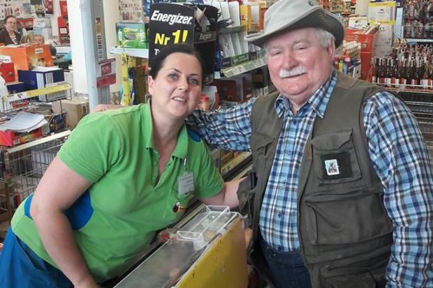 Lech Wałęsa na zakupach w Biedronce