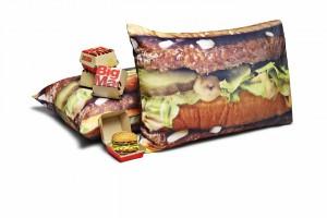 Piżama, poszewki czy koc w hamburgery? McDonald's zachęca prezentami do UberEATS
