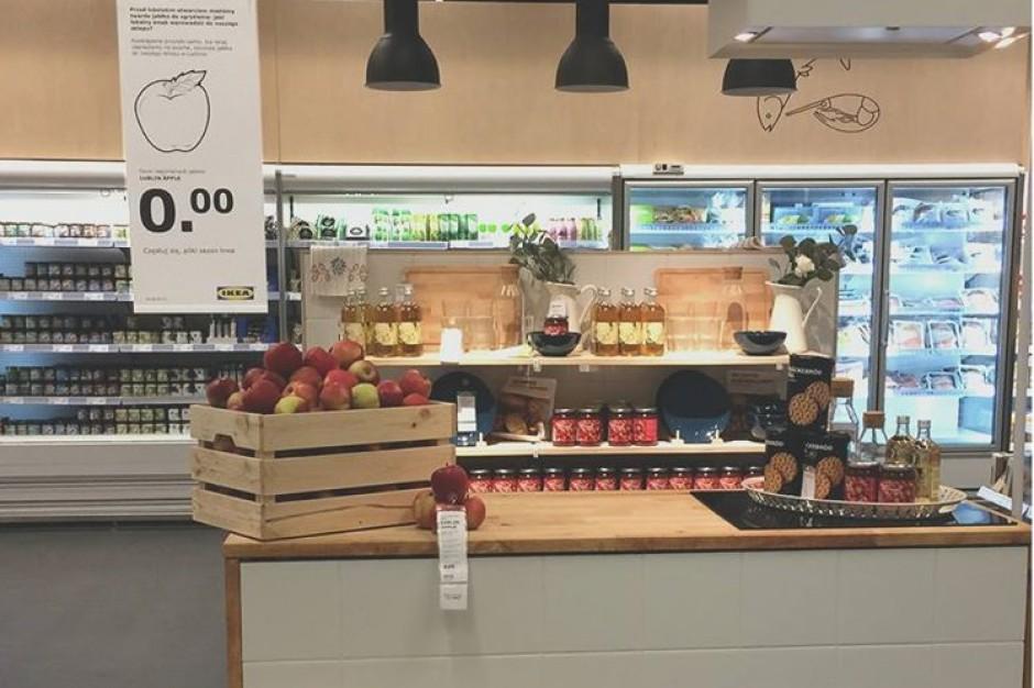 IKEA w Lublinie częstuje jabłkami. To odpowiedź sieci na nadgryzione atrapy owoców