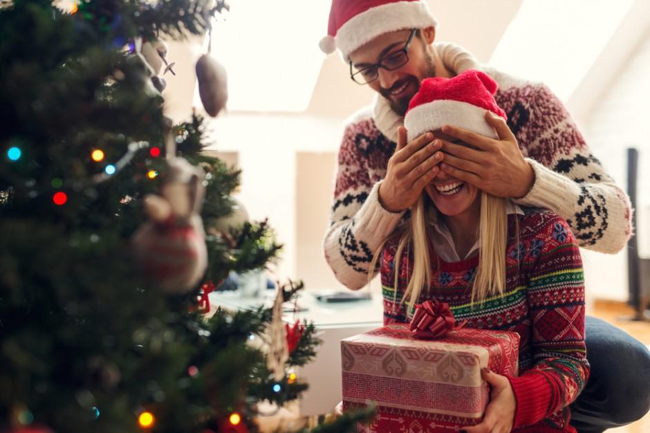 Deloitte: Polacy po raz pierwszy wydadzą na prezenty więcej niż na jedzenie