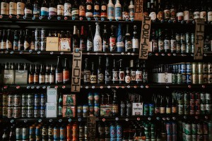 Gdzie, z kim i co pijemy? Jak Polacy kupują i konsumują alkohol