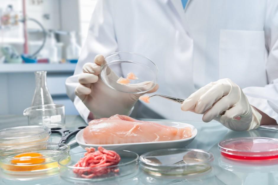 Inspektorzy skontrolowali żywność: Woda w mięsie, martwe szkodniki w przetworach