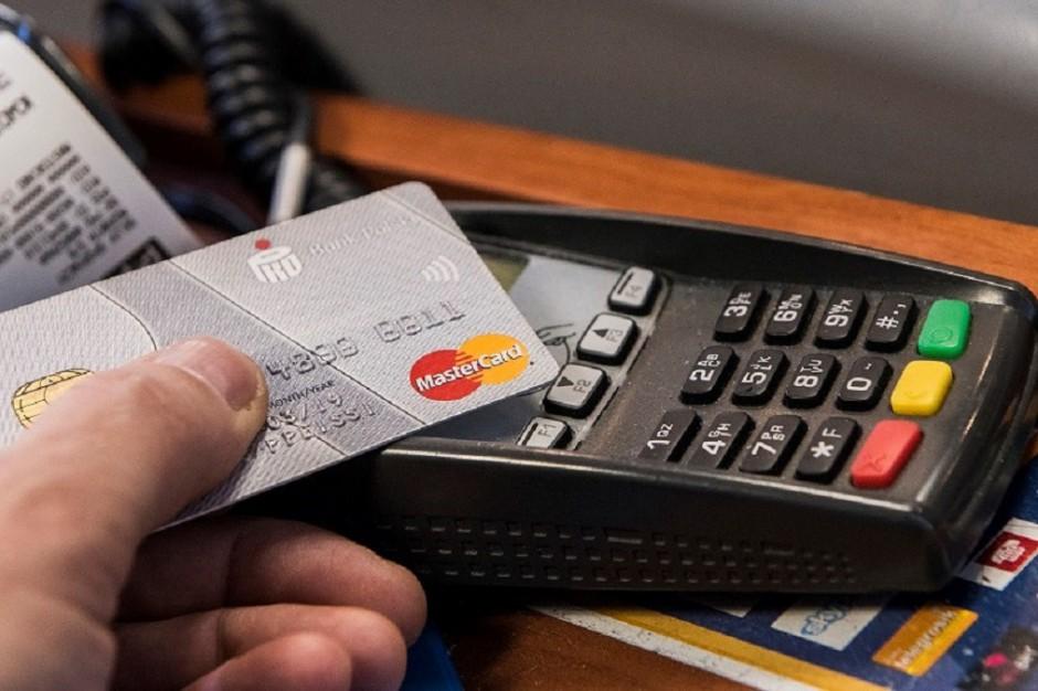 Badanie AdRetail: Plastikowy pieniądz wypiera gotówkę, ale bardzo powoli