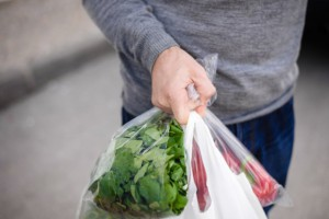 Z informacji od sprzedawców wynika, że zużywamy mniej toreb niż wcześniej