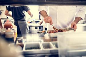 Restauracyjna kuchnia to raj dla bakterii. Najczęstsze błędy dotyczące czystości