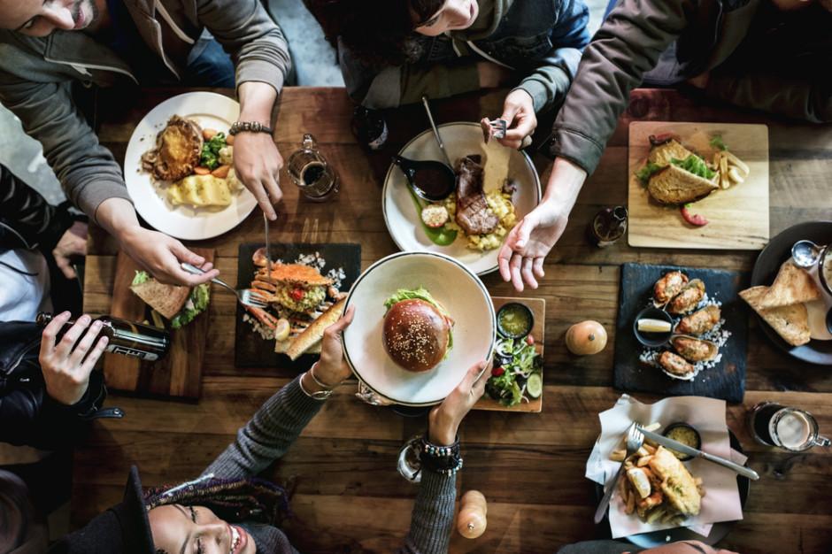 Badanie: Dla 55 proc. internautów jedzenie na mieście jest za drogie