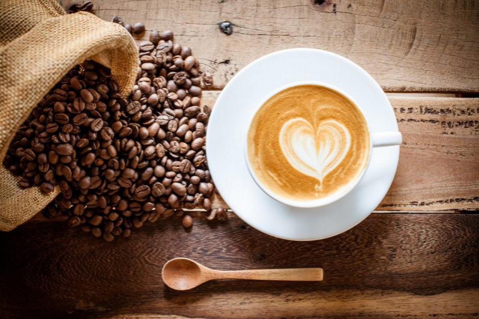 Polacy chodzą do sklepów spożywczych… napić się kawy lub herbaty (wideo)