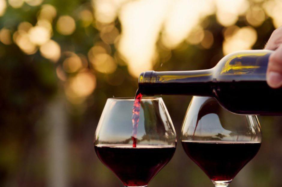Polacy rocznie wypijają 400 mln litrów wina, za butelkę płacą do 30 zł