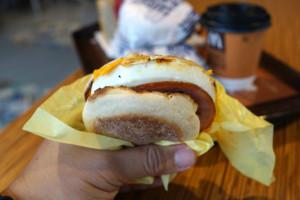 Coraz chętniej jemy śniadania w fast-foodach