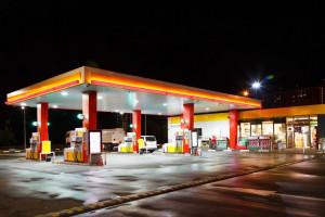 Nielsen: Stacje benzynowe na jesieni sprzedają więcej wafli, batonów i leków