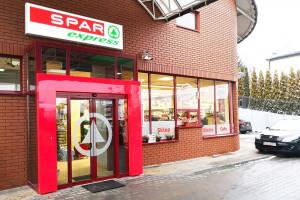 W następstwie zakazu handlu, SPAR rozwija sieć sklepów przy stacjach paliw