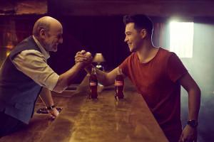 Piotr Fronczewski i ReZi promują Coca-Colę w szklanej butelce