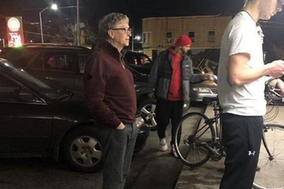 Nie ma zmiłuj, nawet Bill Gates musi stać w kolejce!