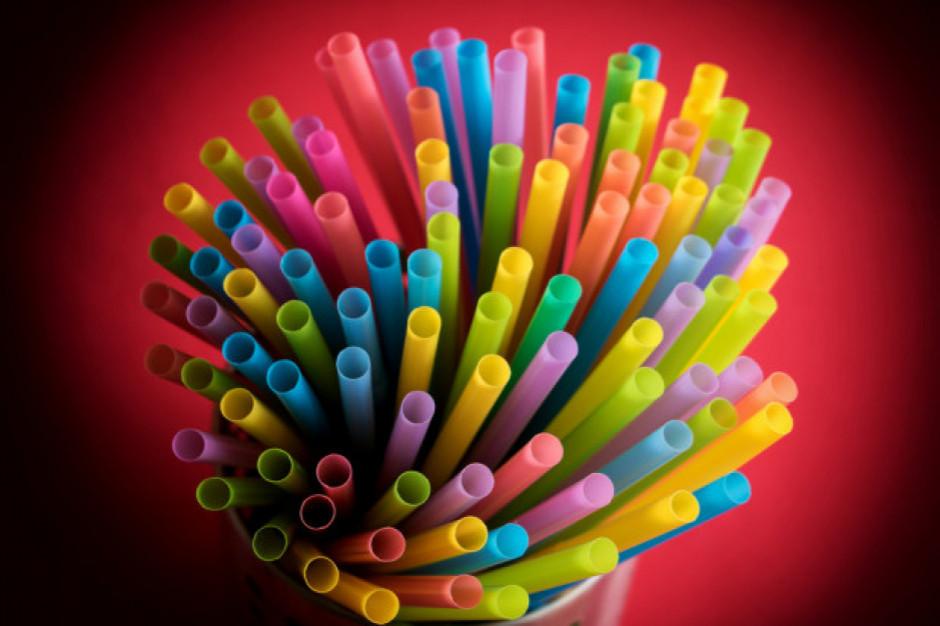 Ambasadorowie UE zatwierdzili porozumienie ws. zakazu plastikowych sztućców i słomek