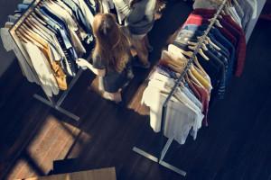 Zakaz handlu w niedziele – jak wpłynie w tym roku na spółki modowe?