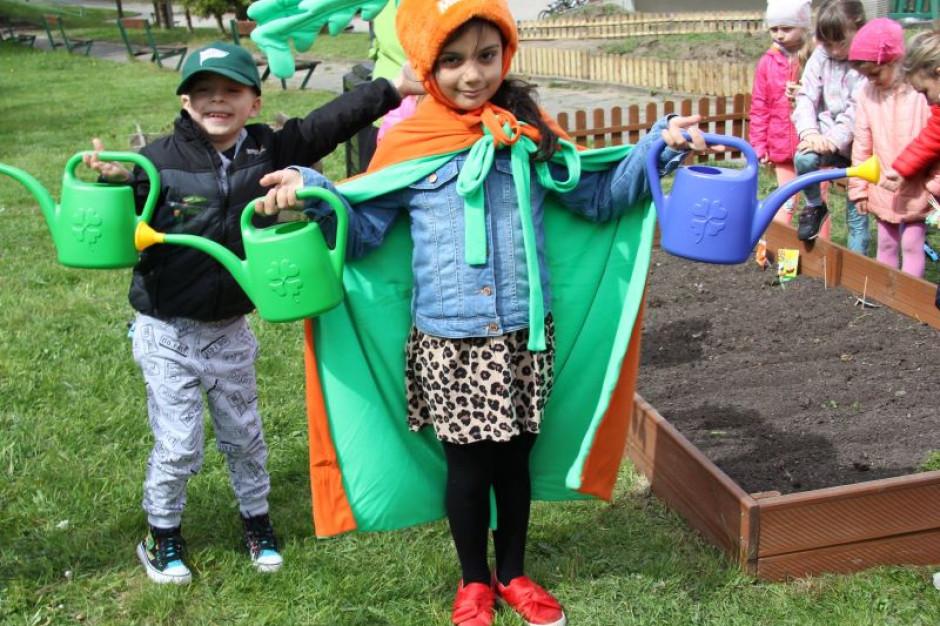 Marwit buduje z dziećmi ogródki