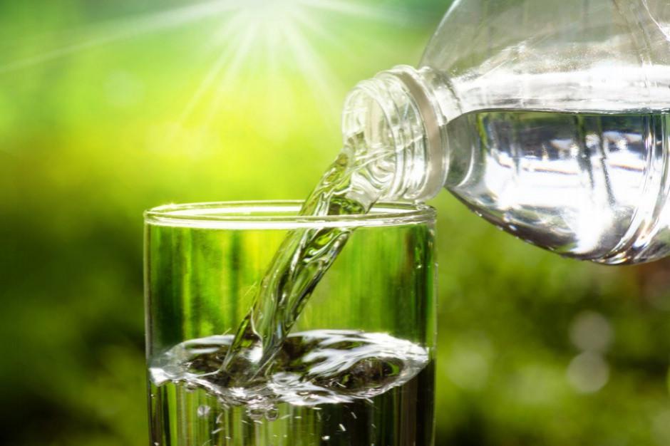 Najpopularniejszym napojem Polaków jest woda mineralna