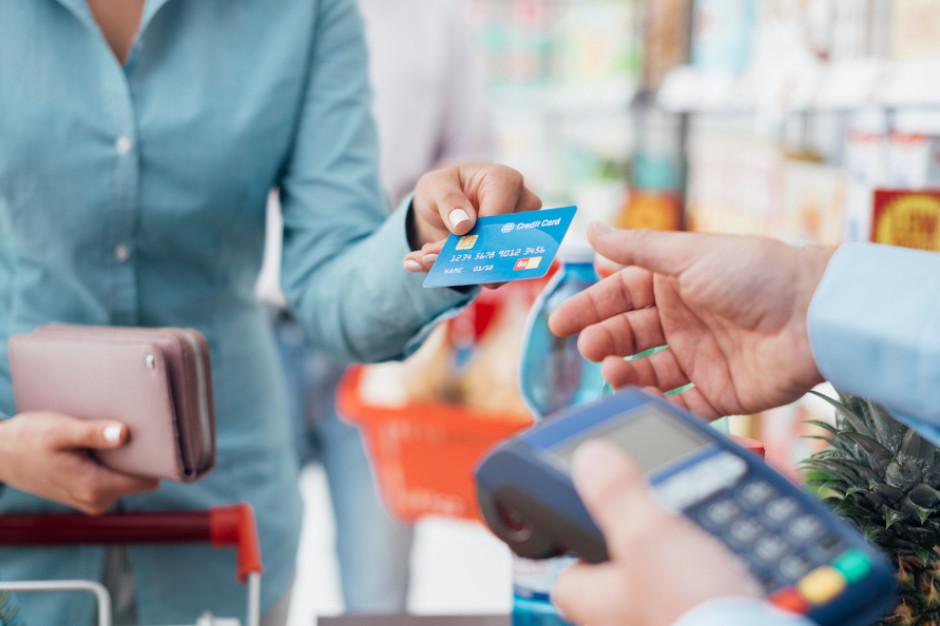 Zapamiętywał numery kart kredytowych i okradał klientów