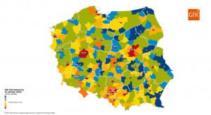 Kolorem niebieskim na mapie oznaczono powiaty o najniższej wartości rynku e-commerce, z kolei kolorem czerwonym wyróżniono powiaty o wysokiej wartości rynku online. Zaobserwowano duże dysproporcje w wartości sumarycznej przeznaczanej przez mieszkańców na zakupy produktów w sklepach internetowych.