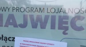 """Wejście do Piotra i Pawła w Rokietnicy z kartką """"proszę uregulować czynsz"""""""