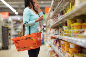 Obowiązkowe czytniki kodów kreskowych w dużych sklepach? Poseł PiS pyta ministerstwo