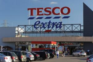 Tesco wyposaża sklepy w Polsce w defibrylatory